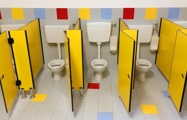drei Toiletten eines Badezimmers Kinderzimmer mit gelben Türen – Foto
