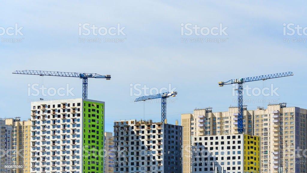 Drei Turmdrehkrane bauen eine moderne Panel Häuser in der Stadt - Lizenzfrei Architektur Stock-Foto