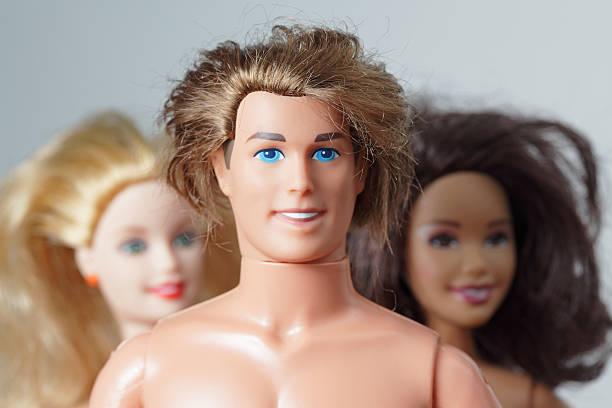 drei spielzeug-puppen barbie, ken und teresa lächeln freundliche gesichter - modepuppen stock-fotos und bilder