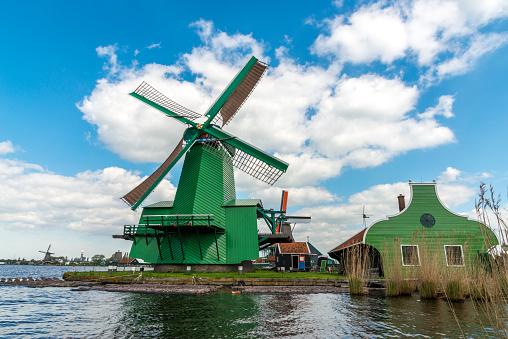Foto de Três E Moinhos De Vento Holandeses Tradicionais Da Manhã e mais fotos de stock de Agricultura
