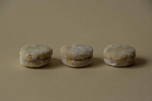drei vanille-jam-cookies, vanilice, close up - oreo torte ohne backen stock-fotos und bilder