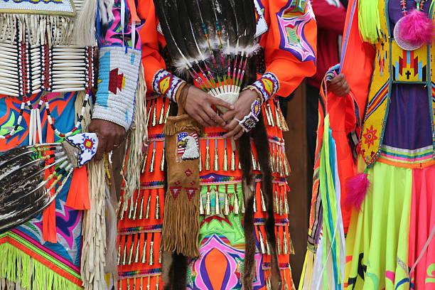 drei dynamische angezogen dancers - kleidung amerikanischer ureinwohner stock-fotos und bilder