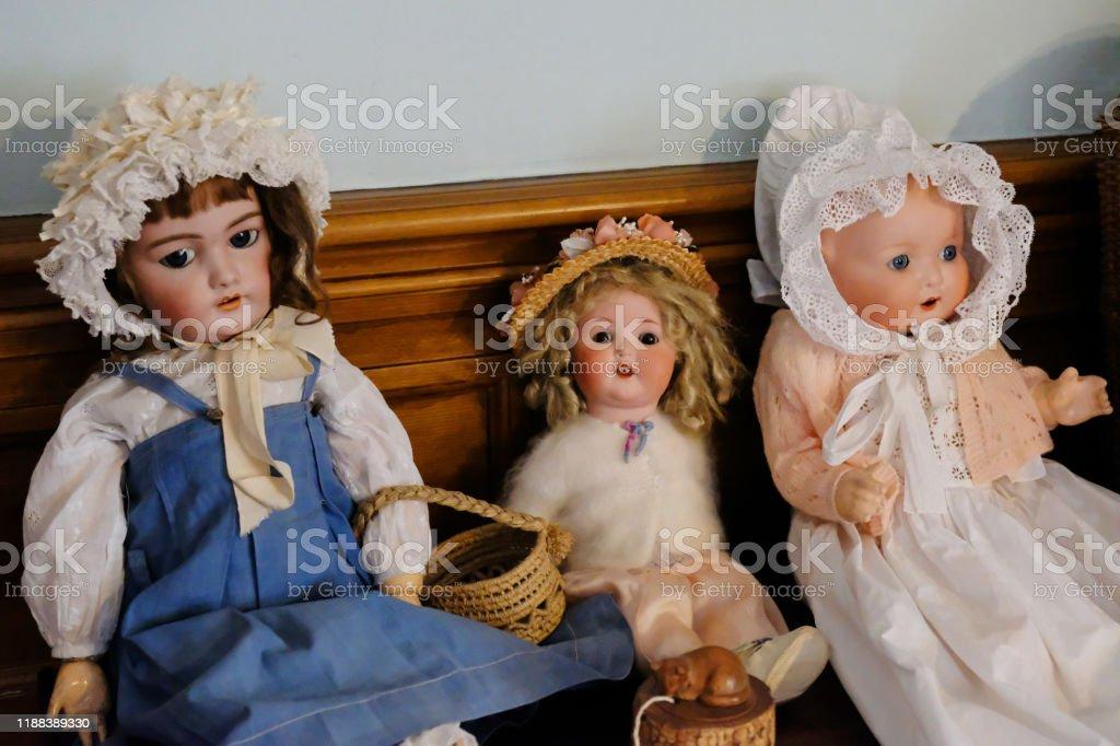 Tres muñecas victorianas - Foto de stock de Anticuado libre de derechos