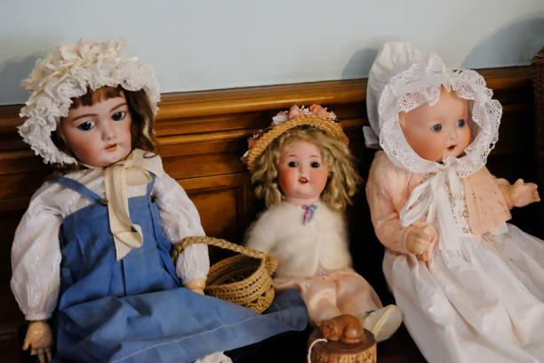tres muñecas victorianas - muñeca bisque fotografías e imágenes de stock