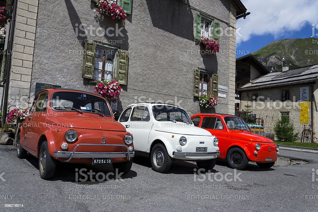 Three vintage Fiat 500 cars stand on street foto royalty-free
