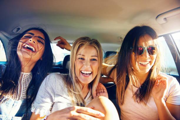 道路の旅行で快活なガール フレンド 3 - ガールフレンド ストックフォトと画像