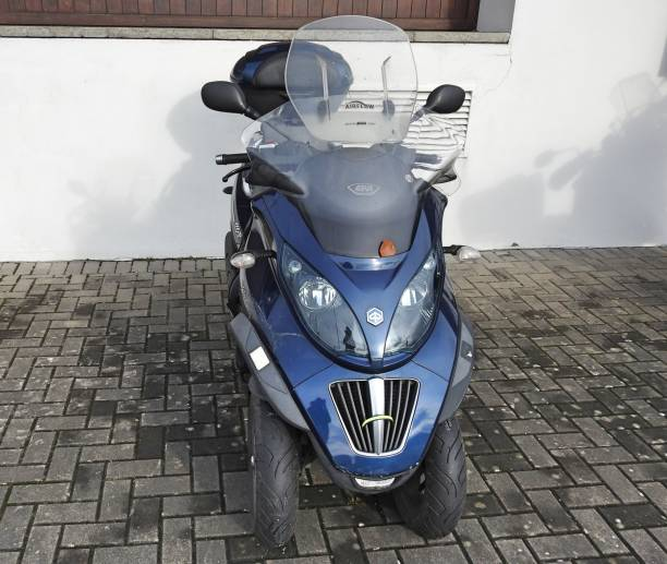 Three wheeled motorbike A three wheeled Trike motorbike parked outside the Dun Laoghaire Marina building in South County Dublin. three wheel motorcycle stock pictures, royalty-free photos & images