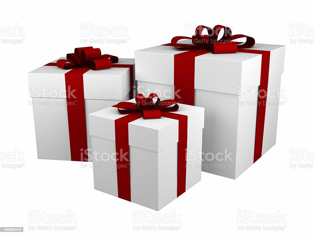 Tre bianco scatole regalo con nastro rosso e fiocco isolato foto stock royalty-free