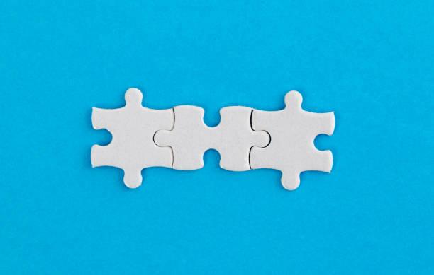 Drei weiße Puzzleteile auf blauem Hintergrund – Foto