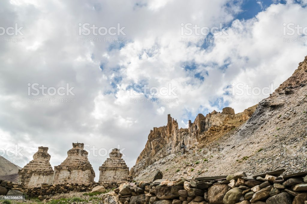 Three whitewashed stupas in front of a rock formation. foto stock royalty-free