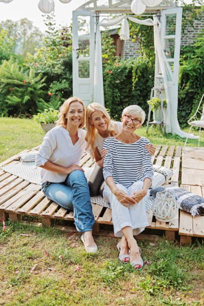 Drei Frauen genießen im Freien, reden und lachen – Foto