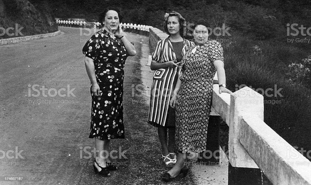 Drei Frauen auf der Road.1931, schwarz und weiß – Foto