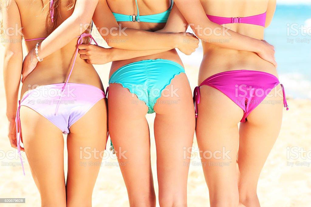 85c0dbfc4033 Tres Mujeres Mostrando Su Espalda En Bikini Foto de stock y más ...