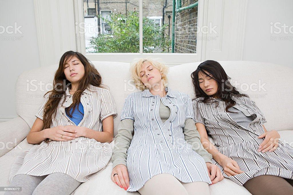 Drei Frauen, die auf einem sofa Schlafen Lizenzfreies stock-foto