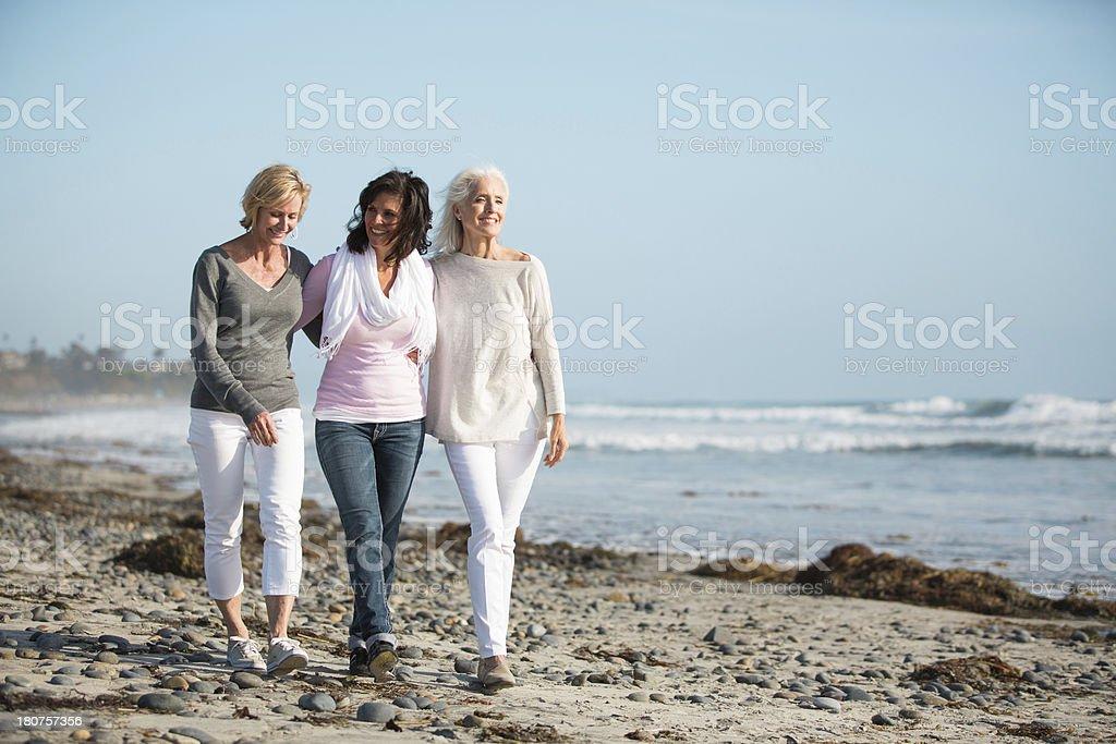 Drei Frauen mit einem Spaziergang am Strand. – Foto