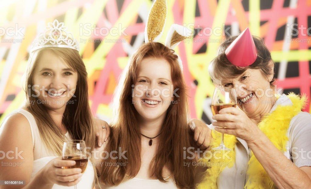Drei Frauen Toasten fröhlich am Familienfest – Foto