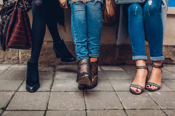 drei frauen, die stilvolle schuhe und accessoires im freien tragen. beauty fashion concept. - heute ist freitag stock-fotos und bilder