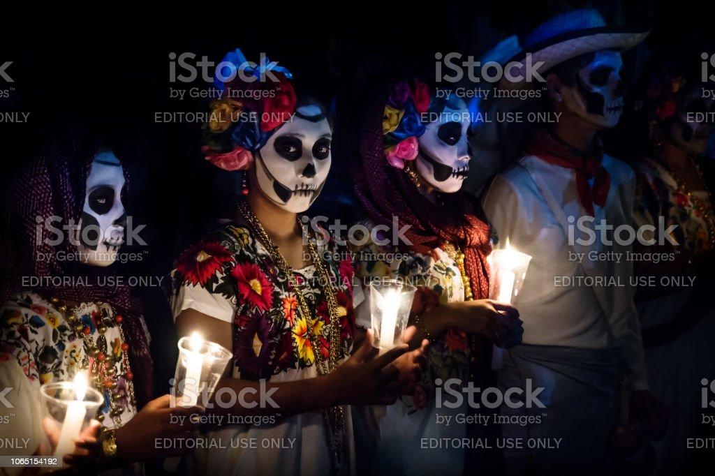 Tres Mujeres Con Disfraces De Catrina Y Hombre Con Vestido