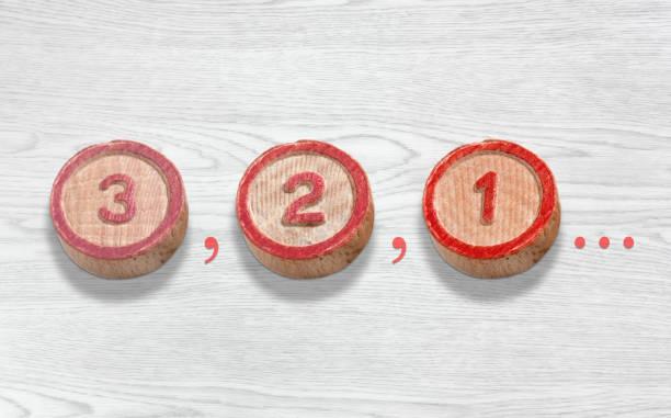 drei holzteile darstellung des countdowns von drei auf eine - komma stock-fotos und bilder