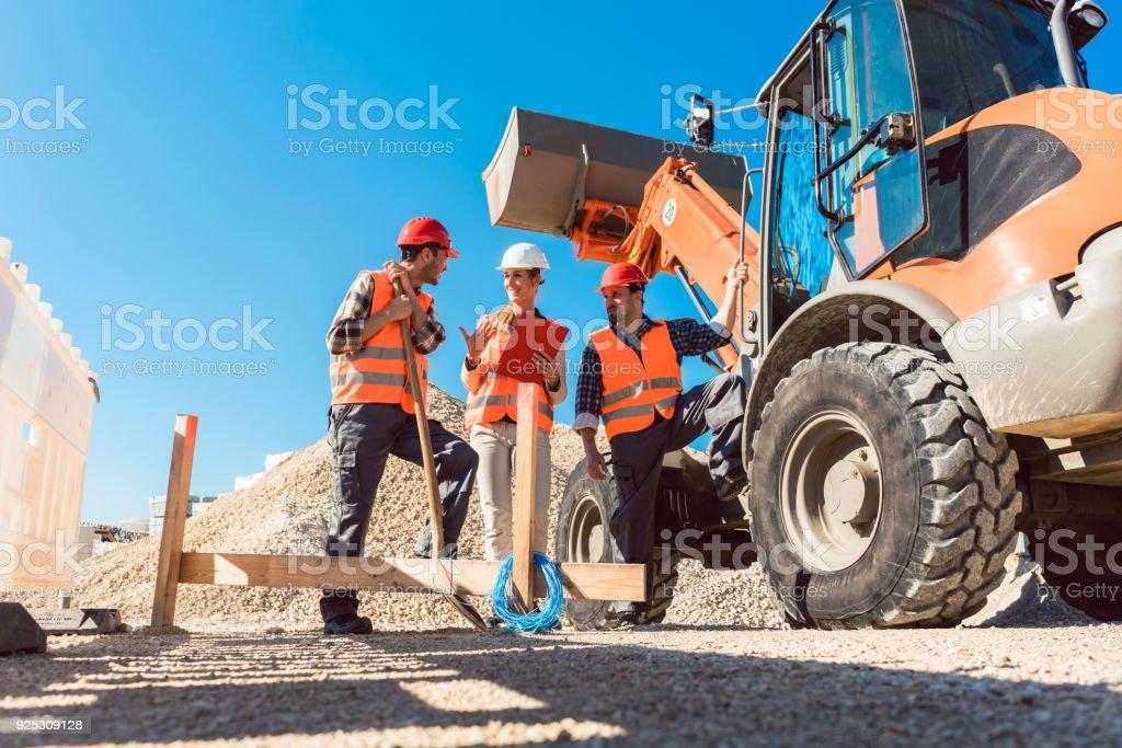 Drei Arbeiter auf Baustellen Baustelle – Foto