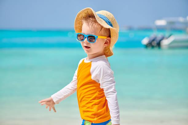 dreijähriger kleinkind am strand - sonnenbrille kleinkind stock-fotos und bilder