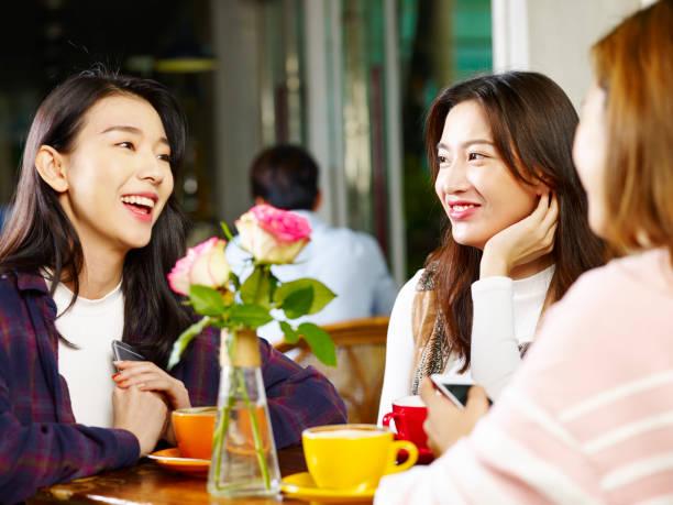 コーヒー ショップでチャット 3 つ若いアジア女性 ストックフォト