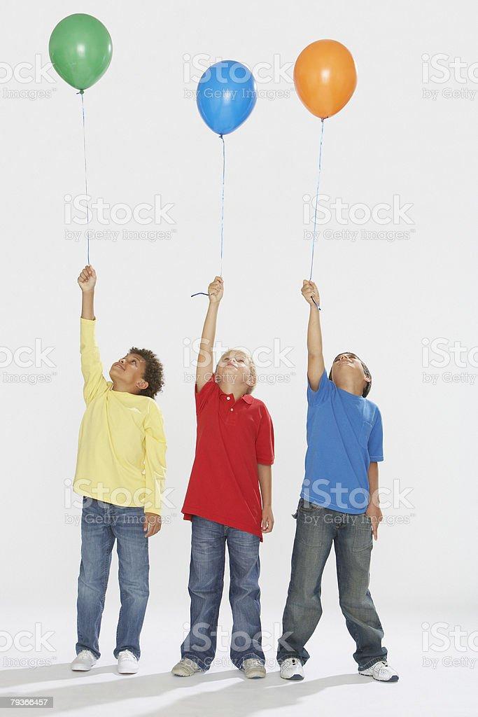 세 명의 젊은 boys 실내 쥠 풍선 및 루킹 바라요 royalty-free 스톡 사진