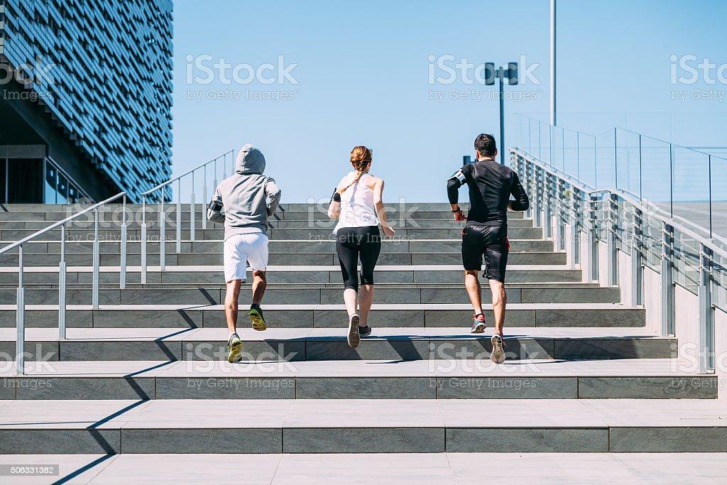Drei Jungen Freunde Laufen auf die Schritte des Gebäudes a – Foto