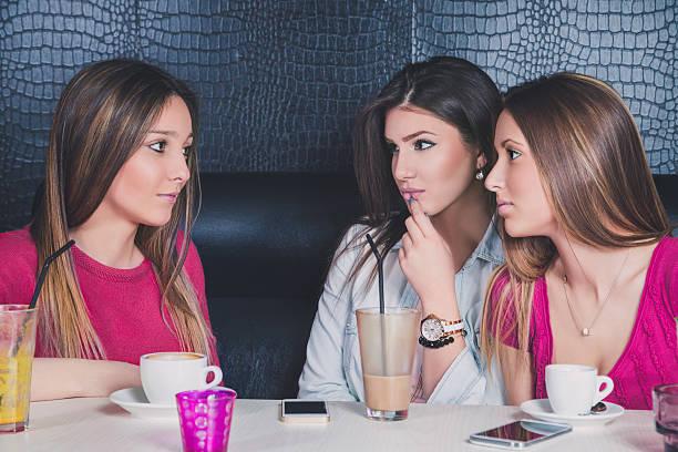 Tres niñas serias conversar en un café - foto de stock