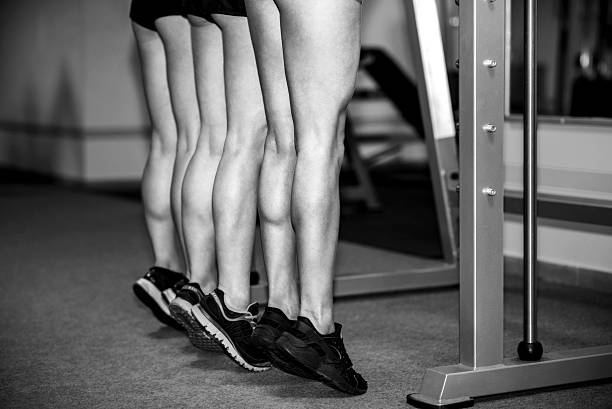 three young girls workout in the gym - mi jambe photos et images de collection