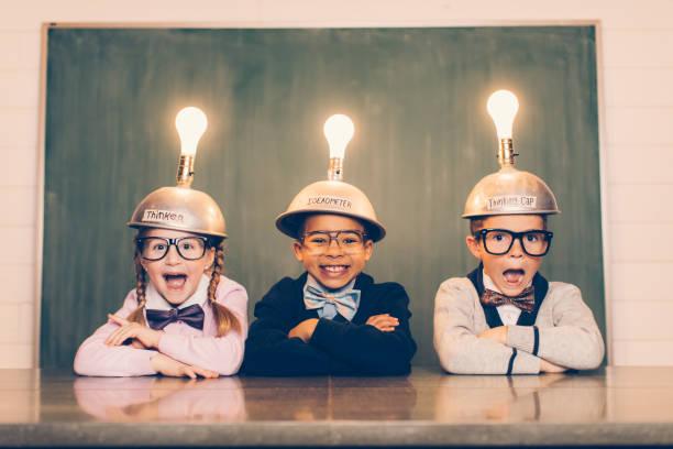 trzech młodych frajerów z czapkami z myślami - inteligencja zdjęcia i obrazy z banku zdjęć