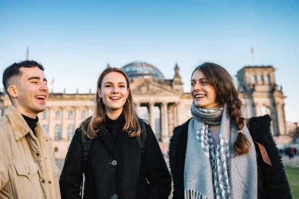 Drei Jugendliche vor Berliner Reichstag – Foto