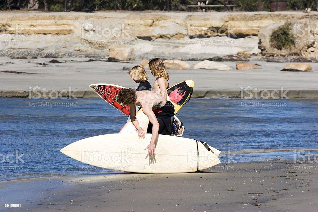Drei Jungen Surfer Lizenzfreies stock-foto