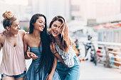 3 人の若い女性歩行と笑って