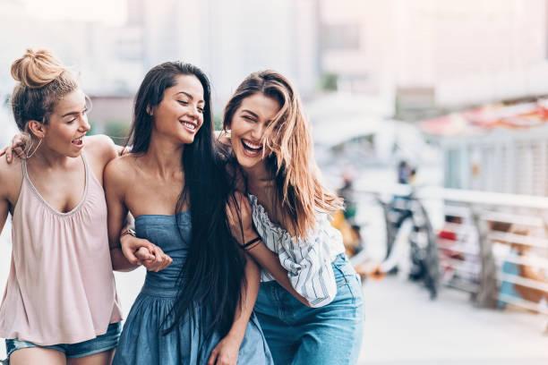 三年輕婦女走和笑 - 少女 個照片及圖片檔