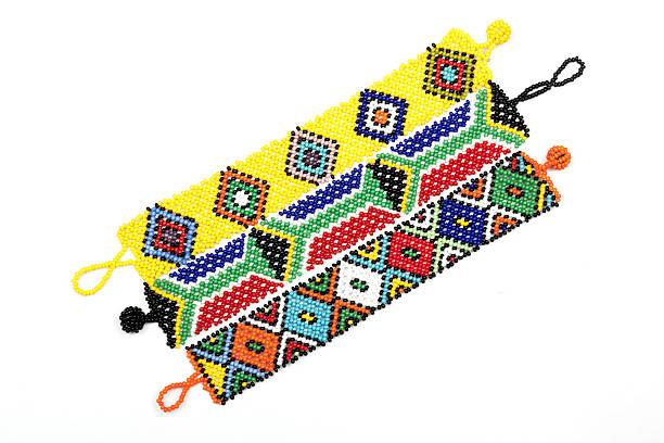 Drei Zulu mit Perlen, Armbänder Faden in leuchtenden Farben – Foto