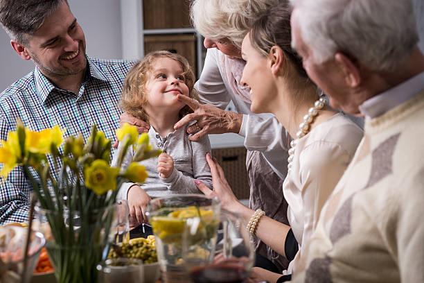 three-generation family enjoying dinner - familia pascoa - fotografias e filmes do acervo