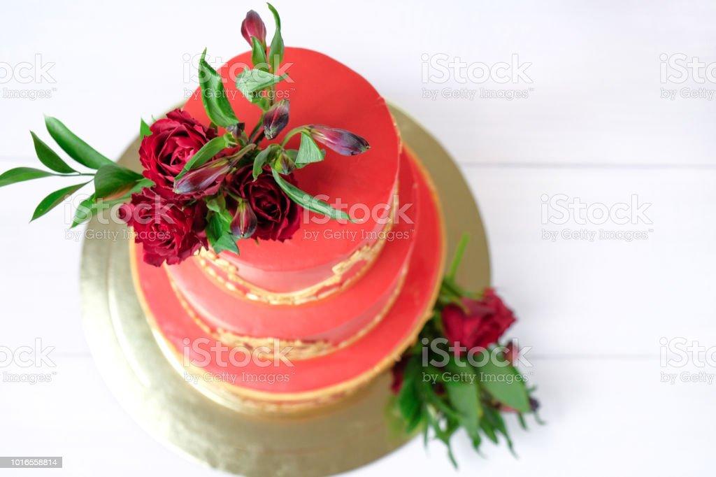 Dreistufige Rot Creme Hochzeitstorte Dekoriert Mit Blumen Und Gold
