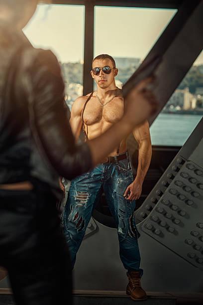 thriller mit einem mann - killer workouts stock-fotos und bilder