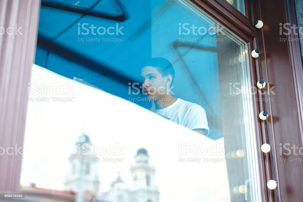 Through glass view of attractive african american man - Zbiór zdjęć royalty-free (Czarować)