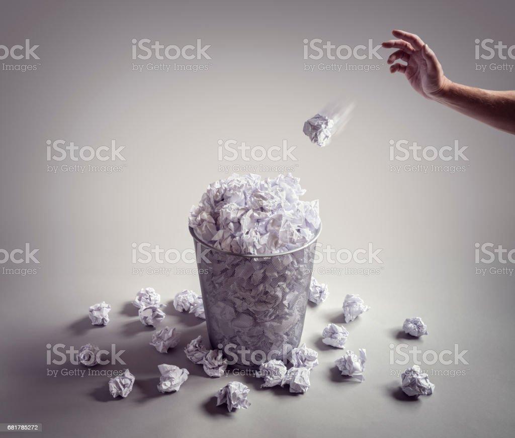 Throw it in the waste paper basket or office bin - foto de stock