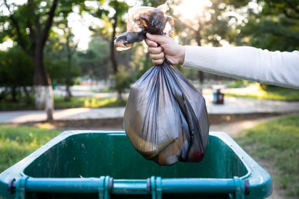 jetez le sac poubelle dans la poubelle - dechets photos et images de collection