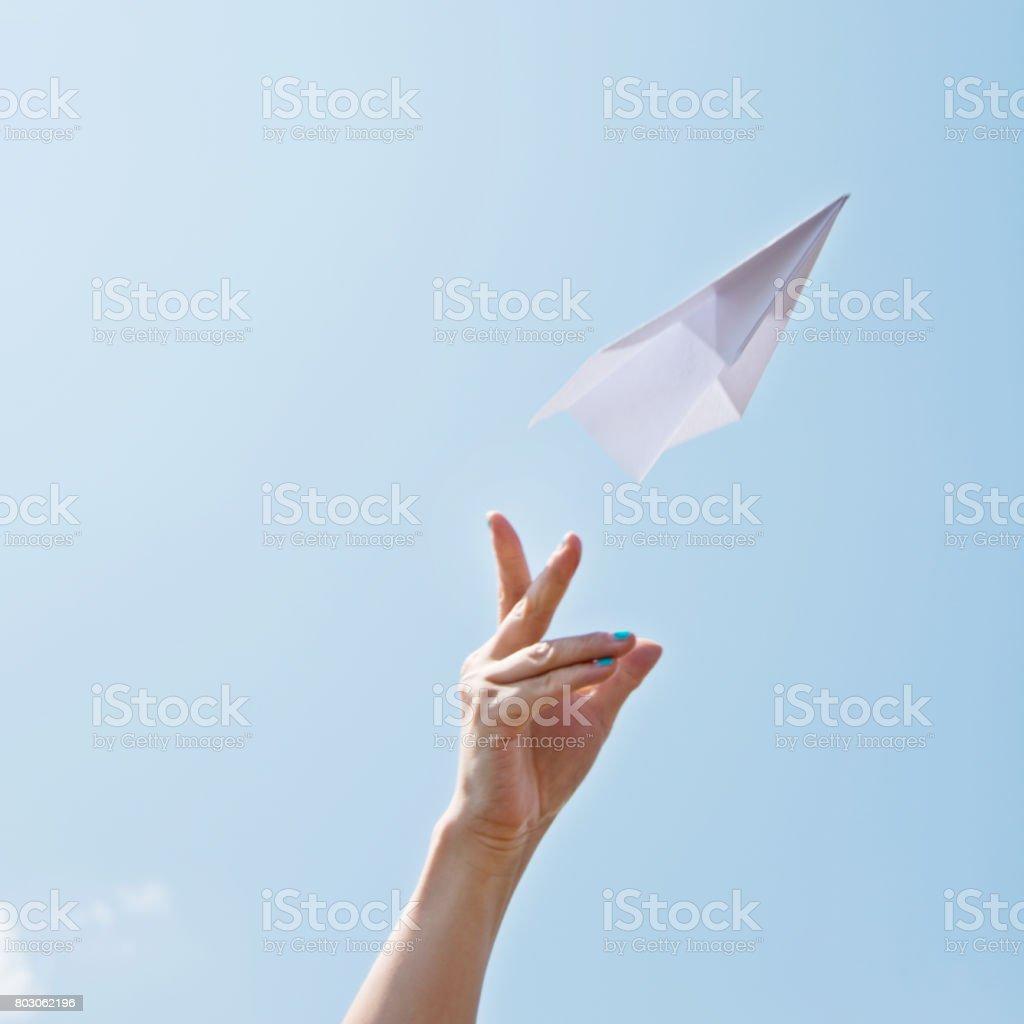 Lancer un avion en papier sur le ciel - Photo