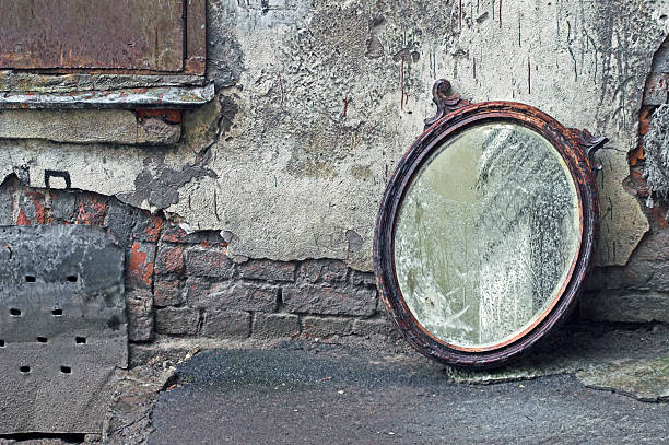 abgewiesen alte spiegel - alte spiegel stock-fotos und bilder
