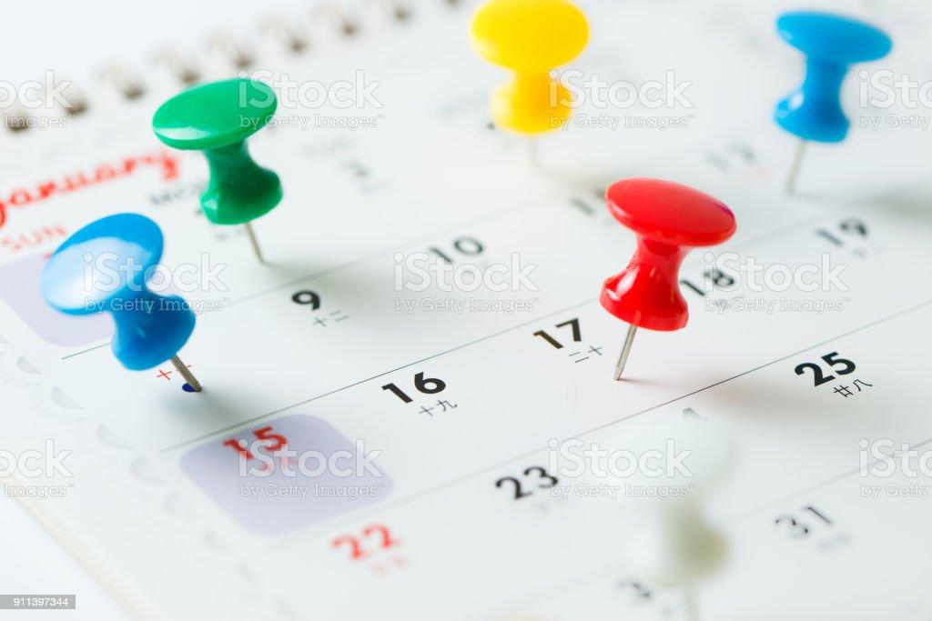 Pino de aderência do polegar no calendário - foto de acervo