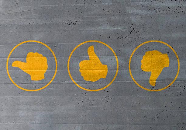 Daumen Bewertung Symbole auf Zement-Konzept – Foto