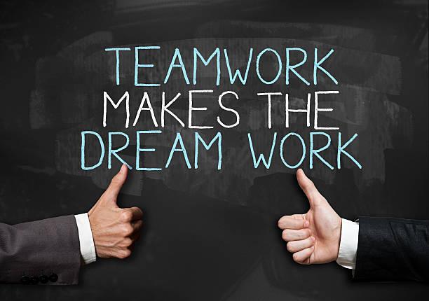daumen hoch teamarbeit/tafel konzept (klicken sie hier, um weitere informationen) - traum team stock-fotos und bilder