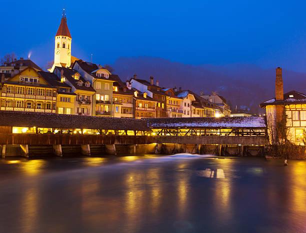 thun stadt in der nacht, zentrum der schweiz. - thun switzerland stock-fotos und bilder
