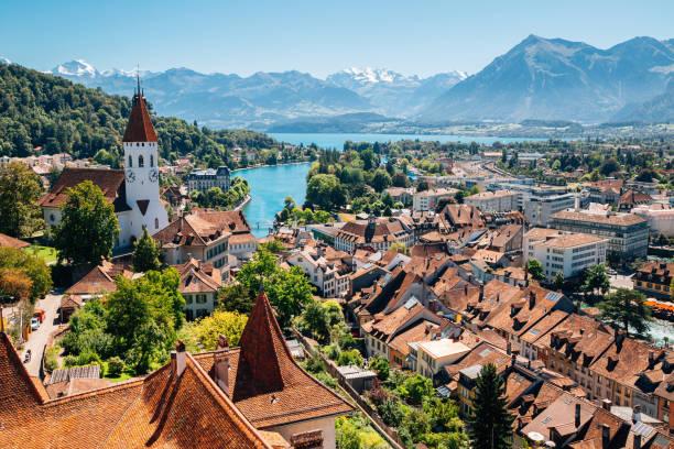 thun cityspace mit alpen berg und see in der schweiz - thun switzerland stock-fotos und bilder