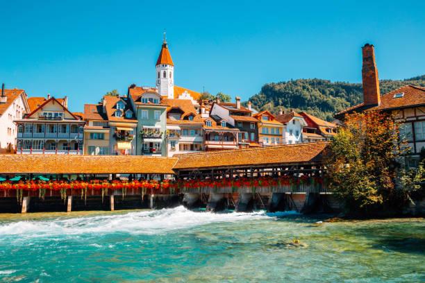 thun-dorf und aare-fluss in der schweiz - hotel bern stock-fotos und bilder